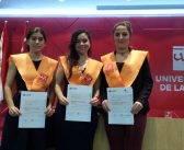 Ex-alumnas premiadas en la Universidad Rioja.