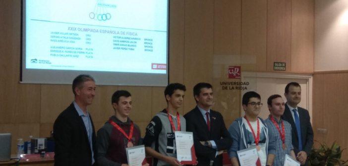 David Ambrosi, de 2º de Bachillerato, recoge sus premios en las Olimpiadas de Ciencias