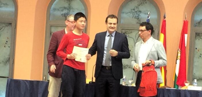 Entrega de la Mención de Honor del XXI Concurso de Primavera de Matemáticas a Jiachen Zhang, de 2º de ESO