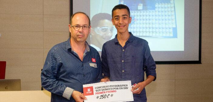 Yassine Zouhiri recoge el premio del concurso de fotografía «#soyQuímicox1día 2019»de la Universidad de La Rioja