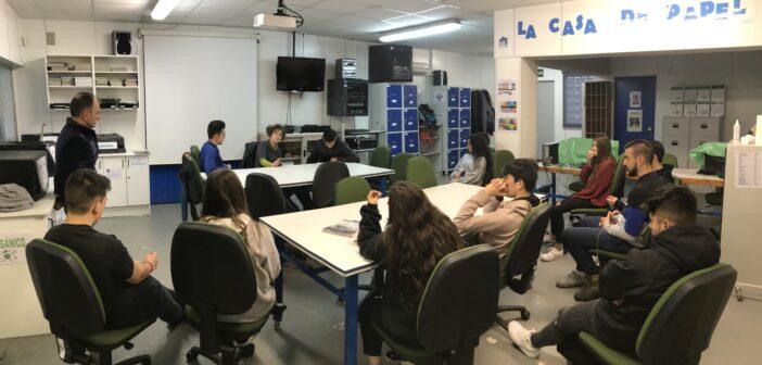 Los alumnos de 2º de FP Básica de Servicios Administrativos entrevistan a personal del IES La Laboral